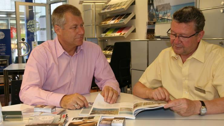 Ferienplanung Kuoni-Reiseberater Norbert Meier (r.) berät Martin Attiger aus Wettingen. Er fliegt mit seiner Frau und Freunden im August auf Rhodos. (kus)