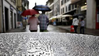 Das Imbisstischchen voller Regentropfen
