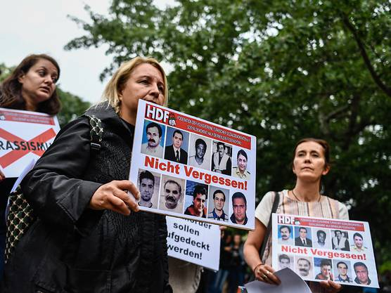 Bereits Stunden vor Beginn der Schlussverhandlung versammelten sich rund 150 Menschen vor dem Oberlandesgericht München.