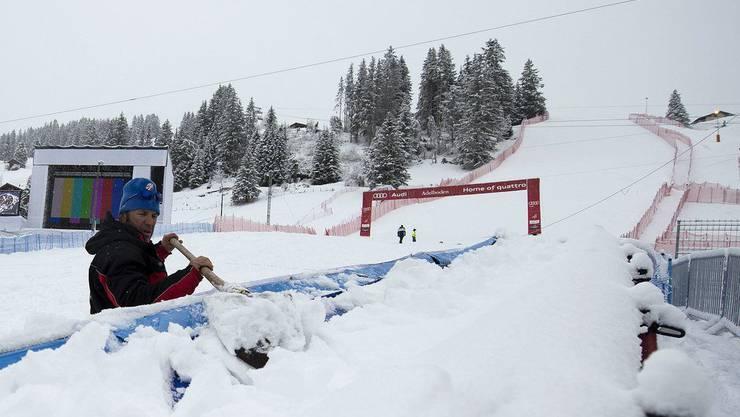Helfer räumen Schnee im Zielraum. Den Rennen vom Wochenende kann nur noch das Wetter einen Strich durch die Rechnung machen.