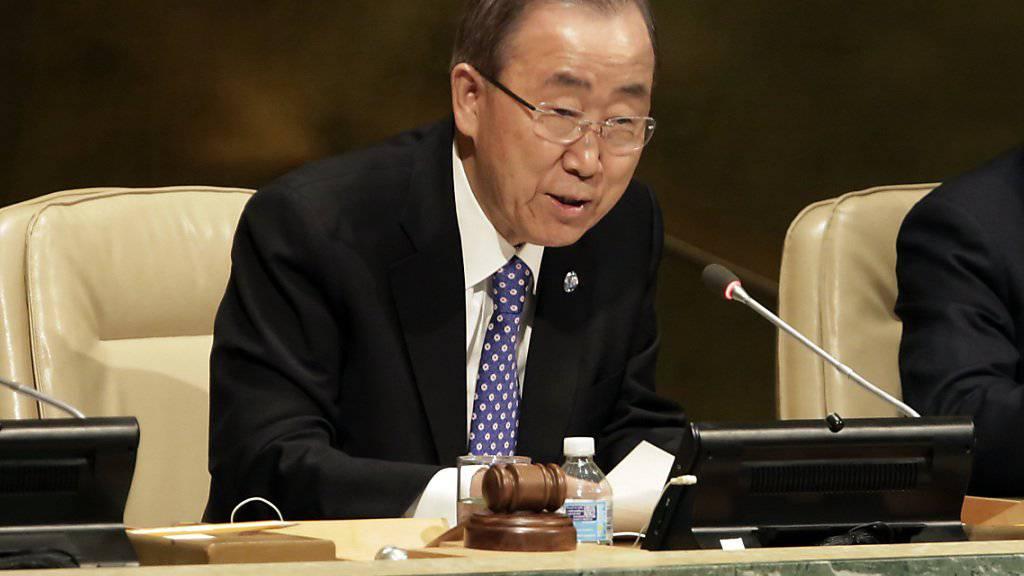 UNO-Generalsekretaer Ban Ki Moon hat nach erneuten Gewalttaten in Israel und im Westjordanland zu Besonnenheit aufgerufen. Er forderte alle politischen und geistlichen Anführer auf sich von der Gewalt zu distanzieren. Am Donnerstag waren bei Anschlaegen fuenf Menschen gestorben.