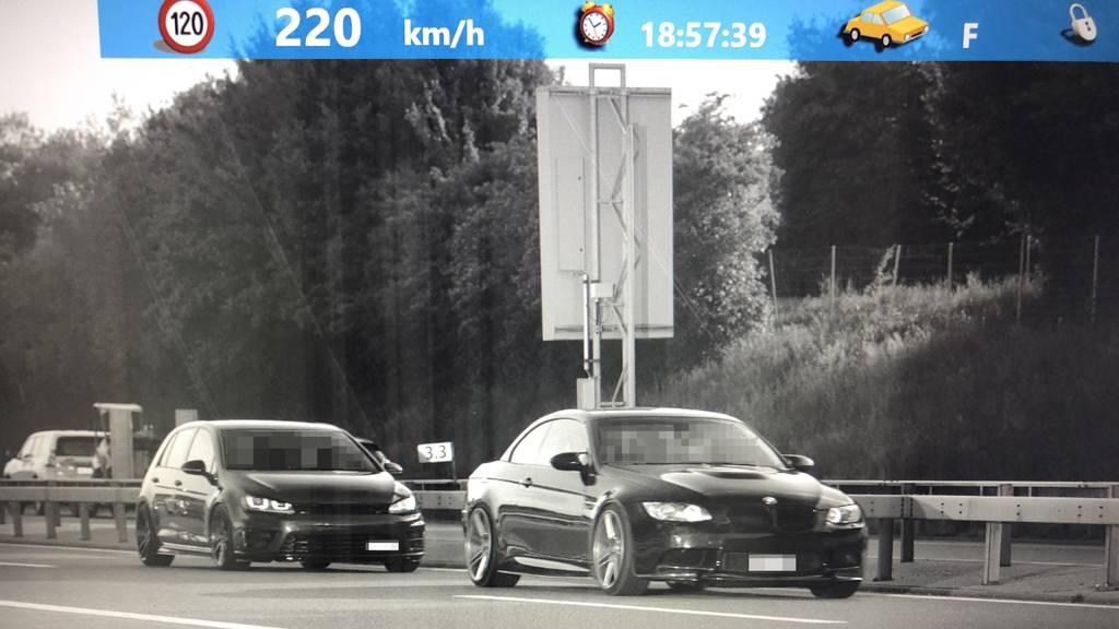 20-Jähriger rast mit 220 Kilometer pro Stunde über Autobahn