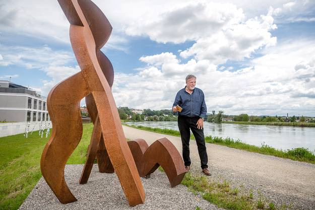 Die Skulptur der gebürtigen Britin Gillian White, die seit 1972 in Leibstadt lebt, heisst «Die Badenden». Ihre Werke vereinen Kraft und Fragilität, Schönheit und Vergänglichkeit. Davor steht der Leiter der Kulturtankstelle Döttingen, Ruedi Neff.