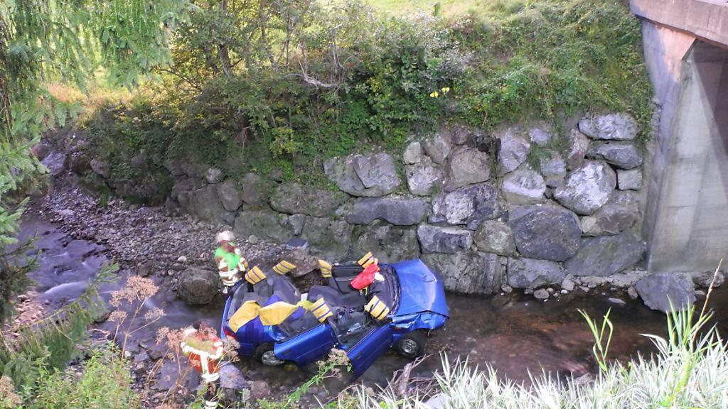 Das Auto durchbrach bei Bennau SZ ein Strassengeländer aus Eisen und landete im darunterliegenden Fluss Biber.