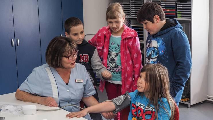 Die Gratis-Messungen von Blutdruck, Blutzucker und Cholesterin kamen bei den Besuchern gut an, auch bei den ganz jungen.