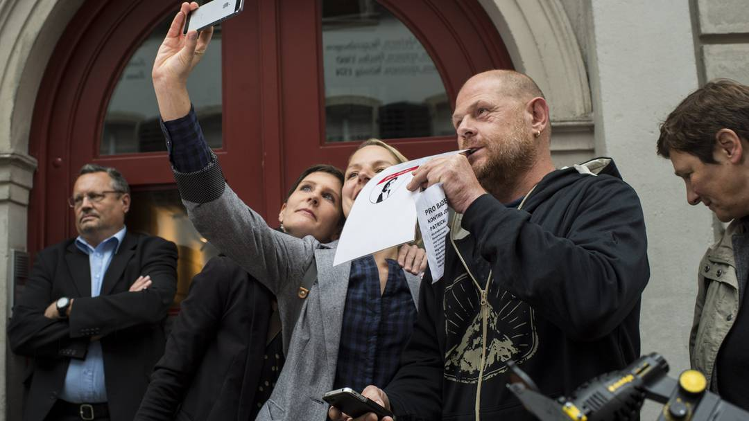 Demo vor Badens Stadthaus für Geri Müller