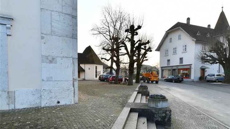 Der Platz rund um die Kirche und im Bereich zwischen Eusebiushof, Kirche und der Liegenschaft im Hintergrund soll neu gestaltet werden.