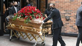 Die Trauer um den verstorbenen Afroamerikaner George Floyd ist gross. Floyd war in Minneapolis von mehreren Polizisten brutal zu Boden gedrückt worden. Er verstarb später auf einem Polizeiposten.