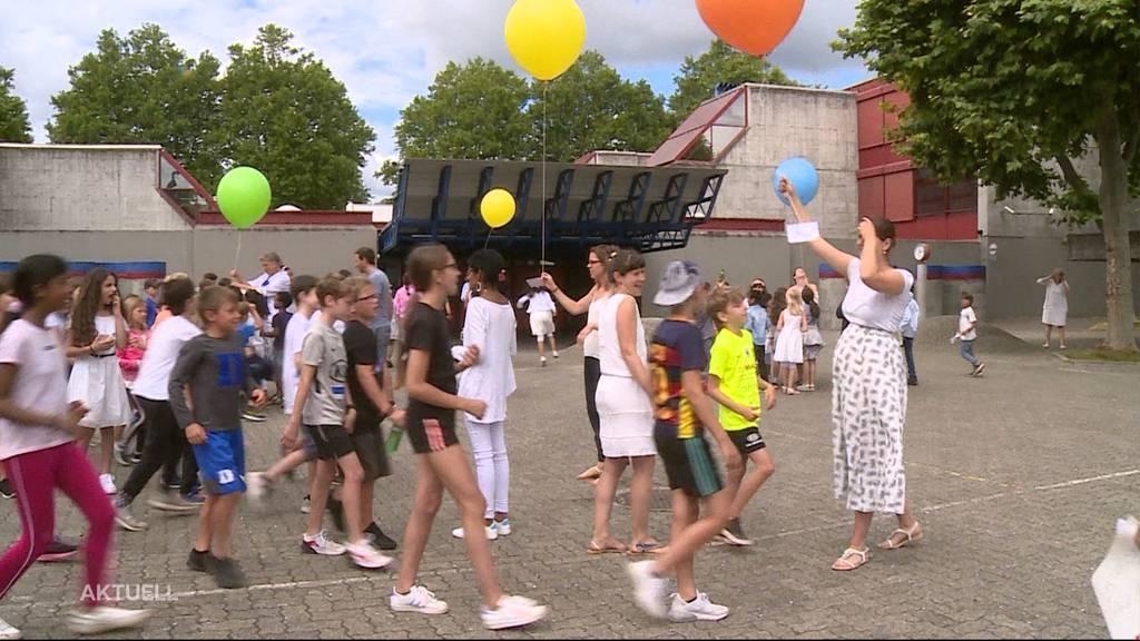 Aarauer Schülerinnen und Schüler feiern Maienzug auf dem Pausenplatz