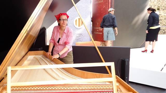 Marion Andrea Menziger legt beim Bühnenbild im Schloss Hallwyl auch selbst Hand an.