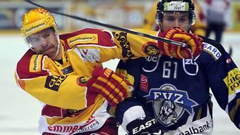 Langnaus Kurtis McLean (l.) stoppt Zugs Corsin Casutt.