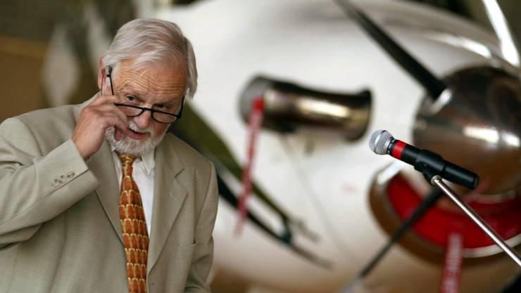 Der verstorbene alt FDP-Nationalrat Erich Mueller bei seinem Referat anlaesslich der Generalversammlung von Aerosuisse des Dachverbandes der Schweizer Luftfahrt vom 16. August 2002 auf dem Flugplatzareal von Buochs (NW).