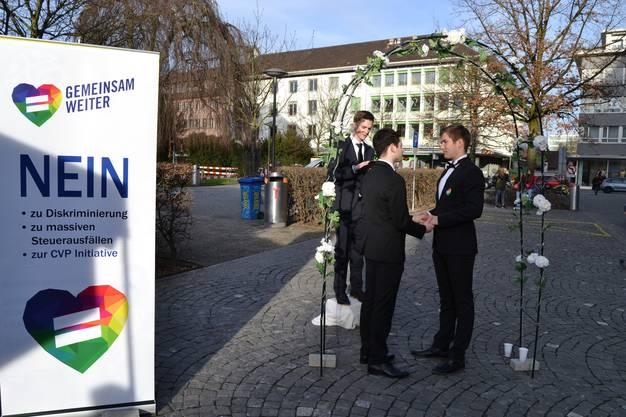 Die Aktion richtet sich gegen die Heiratsstrafe-Initiative der CVP – denn diese diskriminiere die Recht der Homosexuellen