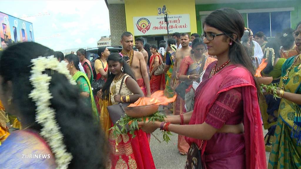 Hindus feiern farbenfrohes Wagenfest in Glattbrugg