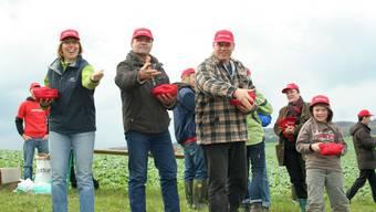 Gemeinsame Säaktion: Jung und Alt bestellte gemeinsam ein Weizenfeld oberhalb von Hornussen. lar