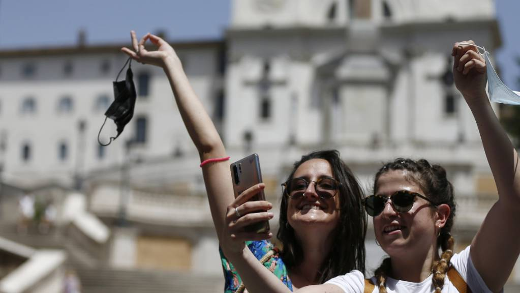 Zwei Frauen machen in Rom ein Selfie.
