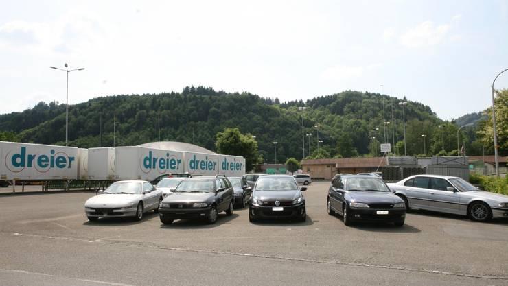 Die Profile auf dem Parkplatz der ehemaligen Injecta stehen. Dahinter ist der Tennisplatz zu erkennen.  ba Auf dem Injecta-Parkplatz plant die Swiss Metall AG die Deponie.  BA