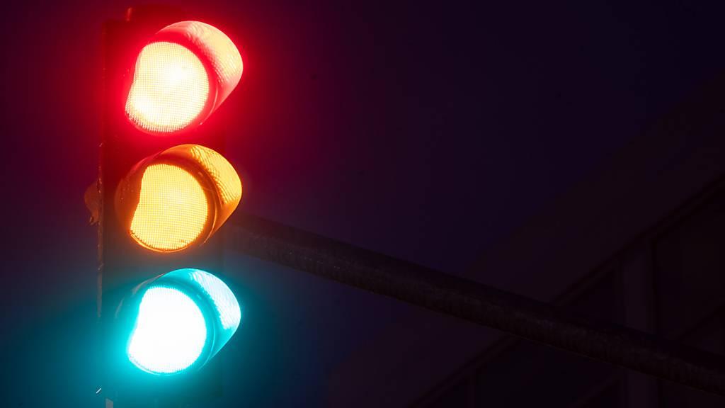 Eine Ampel leuchtet in allen Phasen Rot, Gelb und Grün. Laut einer Umfrage wäre der Mehrheit eine Koalition der SPD mit Grünen und FDP lieber als eine der Union mit diesen beiden Parteien. Foto: Sebastian Gollnow/dpa