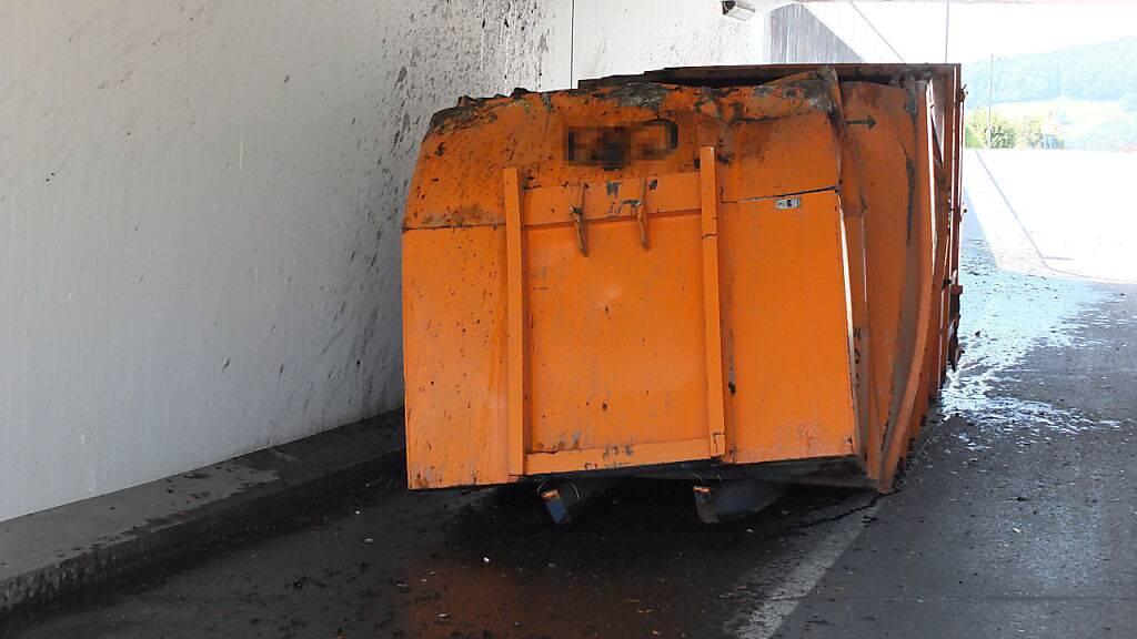 Lastwagen bleibt mit Mulde in Unterführung stecken