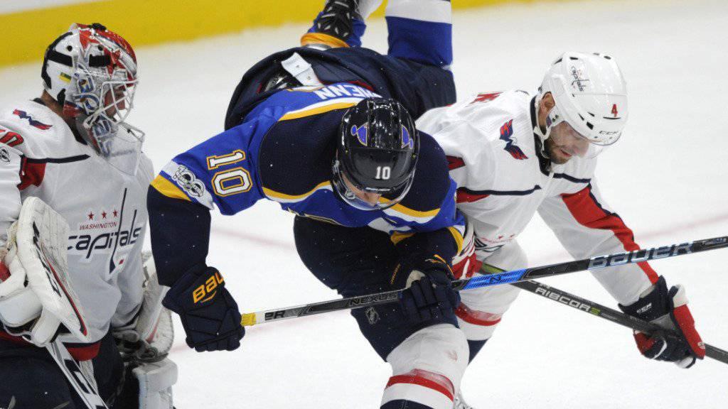 Taylor Chorney (rechts, im weissen Dress der Washington Capitals) wird ab der kommenden Saison für den HC Lugano verteidigen
