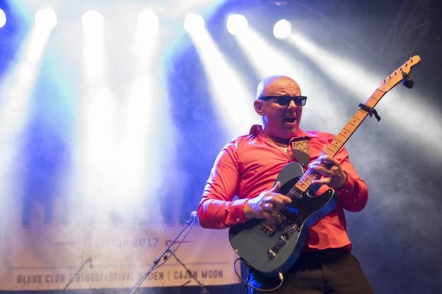 Auf der Blues-Bühne die Latvian Blues Band mit Gitarrist Janis Bukovskis beim Solieren.