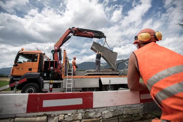 Ein Bauarbeiter beobachtet das Geschehen