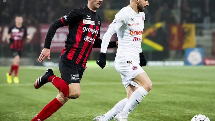Xamax' Verteidiger Arbenit Xhemajli (links) gegen Servettes Goalgetter Varol Tasar