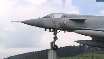 In Zetzwil klauten Jugendliche Teile eines ausgestellten Kampfjets. Blöd nur: Die Diebestour wurde auf einer Überwachungskamera festgehalten.