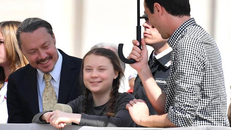 epa07511592 Swedish schoolgirl climate activist Greta Thunberg (C) and her father Svante (L) attend the weekly general audience in Saint Peter's Square, Vatican City, 17 April 2019. EPA/ETTORE FERRARI