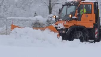 Der viele Neuschnee Schnee sorgte vielerorts für Verkehrschaos und hat ein Spital von der Aussenwelt abgeschnitten.