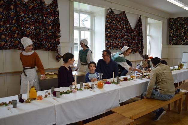 Die Gäste werden von Mägden bewirtet.