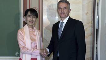 Burmas Oppositionspolitikerin Aung San Suu Kyi und Aussenminister Didier Burkhalter: ein historischer Besuch