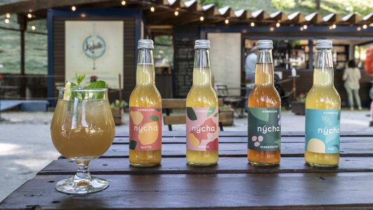 Nycha Kambucha gibt es in vier Geschmacksrichtungen. Das Bild wurde vor dem Cafe Kajüte in Baden aufgenommen. (6. Juli 2020)