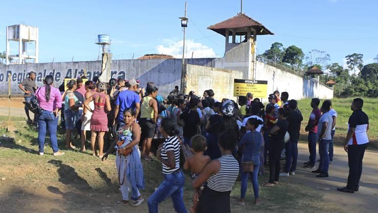 Angehörige warten vor dem Gefängnis in Altamira auf Informationen.