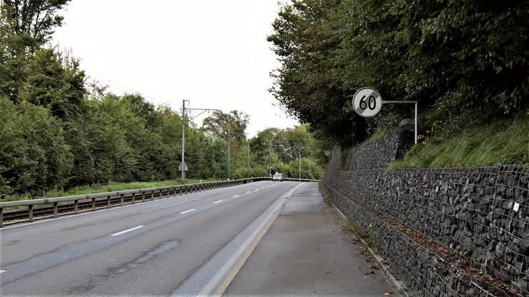 Beginnen wir die Fahrt stadteinwärts auf der Bernstrasse. In deren Kurve (dort, wo im Bild das Auto ist) wird der Ausbau auf Doppelspur beginnen. Bis zur Kurve fährt die Bahn auch künftig einspurig.