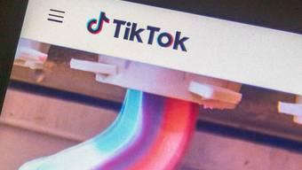 Blick auf einen Monitor auf dem die Videoplattform TikTok geöffnet ist. Aus Angst vor dem neuen Gesetz zum Schutz der nationalen Sicherheit in Hongkong zieht sich die populäre internationale Videoplattform TikTok aus der chinesischen Sonderverwaltungsregion zurück. Foto: Rishi Deka/ZUMA Wire/dpa