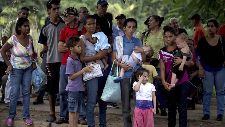 """Warten auf Lebensmittel in Venezuela: Um das Devisenproblem des Landes zu lindern, will Staatschef Nicolas Maduro eine Kryptowährung einführen - den """"Petro"""". (Archivbild)"""