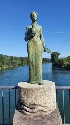 Mitten auf der Brücke begegnet den Passanten die Statue der Heiligen Verena.