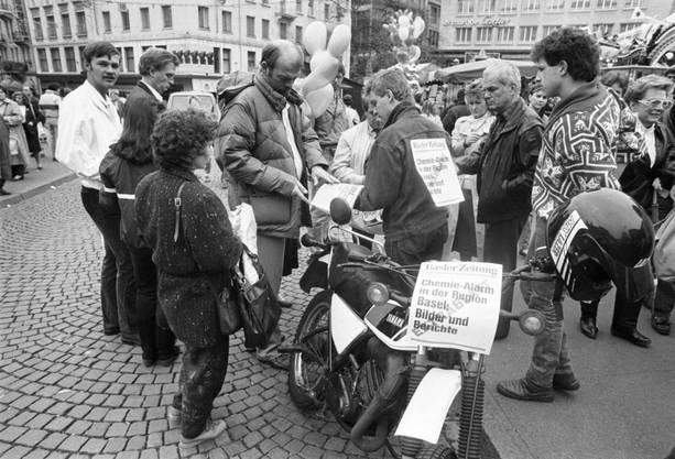 Zeitungsverkauf in Basel nach der Brandkatastrophe im Sandoz-Werk in Schweizerhalle vom 1. November 1986.