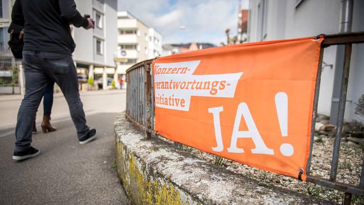 Gegner der Konzernverantwortungsinitiative warben online – für die Art der Publikation wurde Tamedia nun gerügt. Befürworter hängen Fahnen.