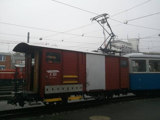 Der Fahrleitungssprühwagen der Bremgarten–Dietikon–Bahn setzt präventiv einen speziellen Spray gegen vereiste Leitungen ein.