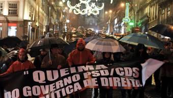 Menschen gehen in Lissabon auf die Strasse (Archiv)
