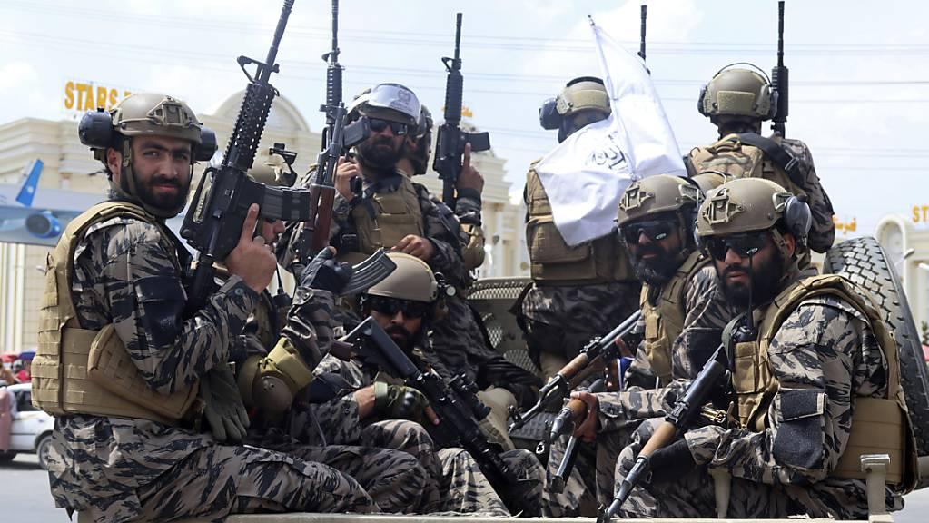 Kämpfer der Spezialeinheit der Taliban treffen nach dem Abzug der US-Truppen auf dem Flughafen Kabul ein. Mit dem Abzug der letzten US-Soldaten nach einem fast 20 Jahre langen Einsatz in Afghanistan richten sich die Blicke nun ganz auf die erneute Herrschaft der militant-islamistischen Taliban.