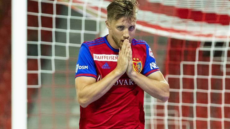 Silvan Widmer kann es nicht fassen: Der FCB verliert auswärts in Sion.