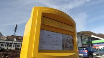 Unübersehbar: Das neue, kleinere Briefkasten-Modell der Post. (Martin Töngi)