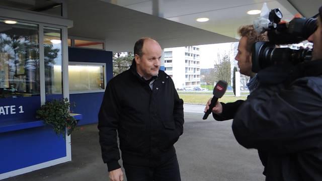 Markus Büttikofer, Gemeindeammann in Birr, steht vor dem Alstom-Sitz in Birr den Medien Red und Antwort.
