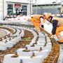 Die Arbeiten sind in vollem Gange: Bauarbeiter legen das Fundament für die neue Schiene der Limmattalbahn auf dem Bahnhofplatz in Dietikon.