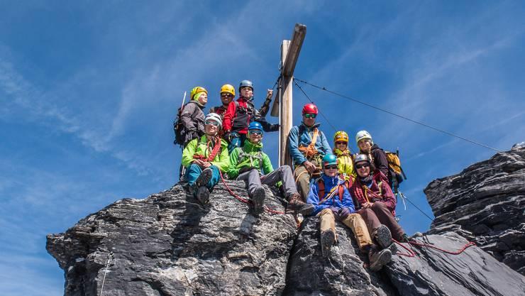 Die Jugendorganisation des SAC Homberg auf dem Gipfel: Auf dem Urner Gross Spannort in der Tourenwoche 2019.
