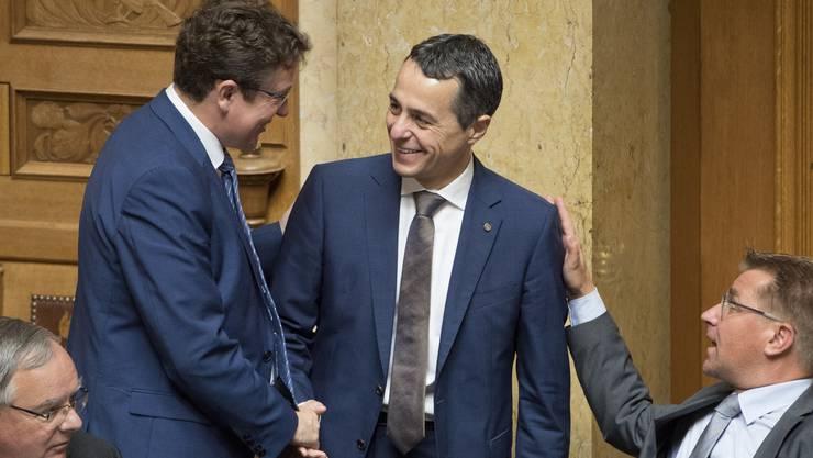 Albert Rösti schüttelt Ignazio Cassis die Hand.