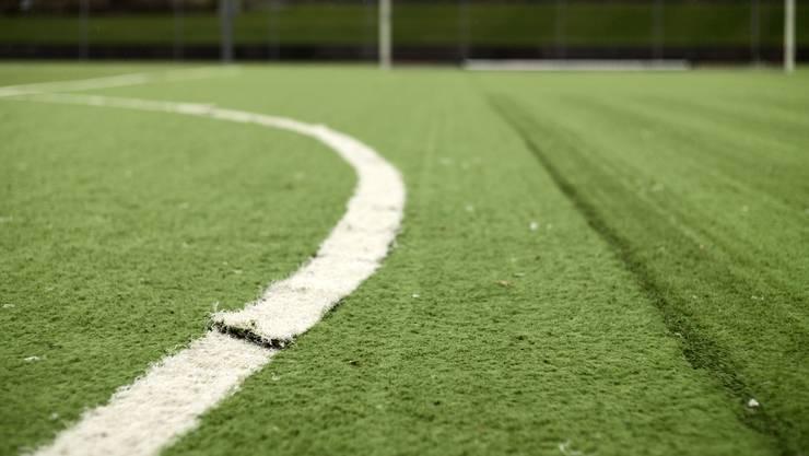 Schadhafter Kunstrasen aus der Sportanlage Margelacker